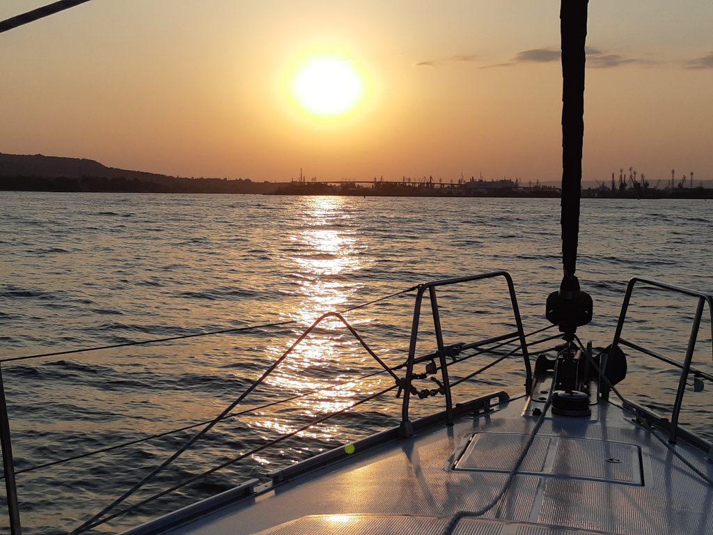 С наем на яхта всяка вечер ще ставате свидетели на красиви залези